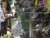 Het open riool, direct achter de huizen