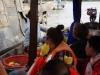 Ondertussen wringt een boot zich tussen die van ons en de ananasboot en wordt koopwaar aangeboden