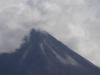 Onder de top lopen baant gestolde lava naar beneden