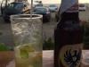 In de Malecon, met uitzicht op het strand en de zonsondergang, drinken we een biertje en een mojito