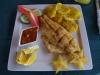 Gefileerde vis met bananenkoekjes, sla en carambola