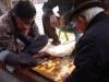 Ouderen spelen een spel dat doet denken aan dammen