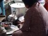 Moeder is druk met de voorbereidingen voor de lunch
