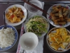Terug aan boord wordt de lunch geserveerd, springrolls, tofu en gefrituurde koeken, heerlijk