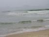 De golven rollen onophoudelijk het strand op; de temperatuur van het water valt niet tegen