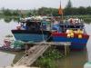 Vissersboten liggen aangemeerd in de lagune