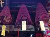 De grote wierook kegels die in Phuoc Kien Assembly Hall rij na rij hangen, zijn gaaf en verspreiden een aangename geur