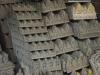 In de krottenwijk is een levendige handel in betonnen ornamenten, Boeddha's en wat al niet meer