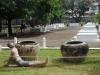 De graven van de 14 lijken die nog aangetroffen werden op Tuolsleng bij de bevrijding