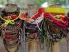 Aan het hek hangen duizenden kleurrijke armbandjes
