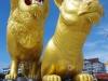 Golden Lion Traffic Circle, 2 grote gouden leeuwen op de rotonde in het centrum