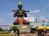 Het symbool van de stad, het Ta Dambong Kro Nhung Statue