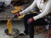 De vellen bananen worden op houtskool gebakken