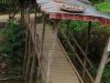 Eén van de vele wankele bruggetjes over de rivier