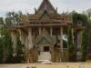 Wat Phnom EK, ook hier ligt rijst voor de deur te drogen