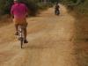 Onverharde, stoffige wegen met kuilen