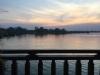 De laaghangende bewolking zit de romantische zonsondergang vandaag in de weg
