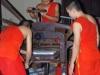 Terwijl binnen de Boeddhisten met een snijmachine bezig zijn