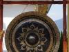Massaal wrijven ze over de knoppen van de gong; niemand spreekt Engels, dus we komen er niet achter waarom