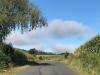 We vervolgen de camino over een smalle weg die ons door, naar koeienpoep stinkende, gehuchten voert