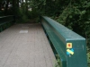 Door stedelijk groen met bruggetjes