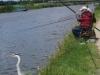Langs de kant staren vissers naar hun dobber