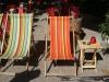 We laten ons neerzakken op 2 strandstoelen op het Doelenplein