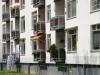 Eentonige, geestdodende flats, 4 hoog met balkon