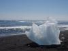 Brokken ijs op het strand