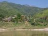 Langs de rivier wonen op de hellingen Laotianen