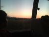 De zon gaat onder, het landschap verandert in een laag, bergachtig landschap