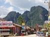 We fietsen het centrum uit, richting Tham Chang Cave