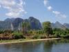 Terug naar het stadje fietsen we langs de Nam Song River, met de prachtige kalksteen bergen
