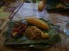 Rijst, spiesjes met groente en vlees, verpakt in een bananenblad
