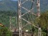 De brug is smal en schommelt