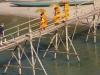 Bamboebrug over de Nam Khan River; toeristen betalen 5000 KIP, monniken mogen gratis er over