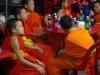Terwijl de jonge monniken zich buiten vermaken