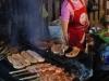 Vlees wordt op de bbq geroosterd