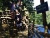 Vanaf de bamboestellage kijken we van bovenaf op de waterval