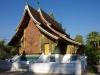 Wat Xieng Thong, 20.000 KIP entree + 5.000 KIP voor een omslagrok voor An, want je ziet haar knieën