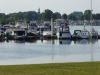 We passeren diverse jachthavens, danwel watersportverenigingen en campings