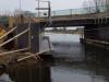De werken voor een vrije passage, een pad onder de brug over de Leidsche vaart, zijn nog in volle gang