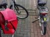 Bij café De Klinker leggen we de fietsen aan de ketting