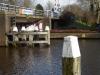 Bij de Leiderdorpsebrug worden we boos teruggefloten door de brugwachter