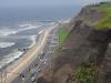 De 6-baans weg langs de kust, aan de voet van de kliffen