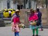 Vrouwen verkopen noten, cokethee en souveniertjes; de hoed vertelt uit welke streek ze komen