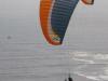 We zien paragliders rond de kliffen zweven