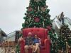 In het commereciële centrum Larcomar worden we aangetrokken door de kerstboom