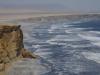De golven van de Grote Oceaan rollen het stsrand op