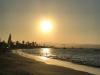 De zon verdwijnt langzaam in de zee